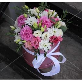Арт. 0238. Розовый диантус 3шт, куст.хризантема 4шт, эустома 4шт, эвкалипт 1, шляпная коробка, атласная лента