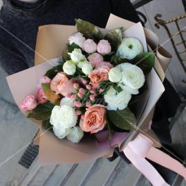 Арт. 0005. Ранункулюс 3шт, куст.роза 4шт, роза 50см 4шт, гиперикум 1, салал 5, матовая пленка, атласная лента