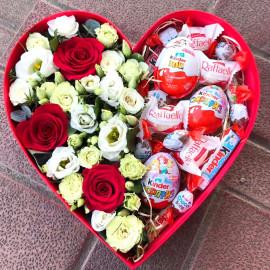 Арт. 0326. Роза красная 3шт, куст.роза 2шт, эустома 2шт, эвкалипт 0,5, наполнение из сладостей, коробка в виде сердца