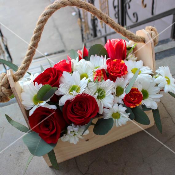 Арт. 0314. Роза 50см 3шт, тюльпан 2шт, куст.хризантема 3шт, куст.роза 2шт, рускус 3, лукошко